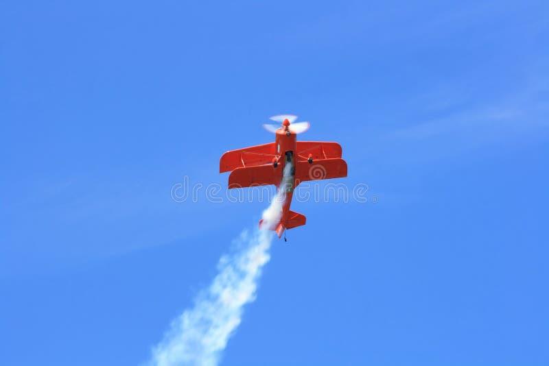 Volo di acrobazie aeree. immagine stock