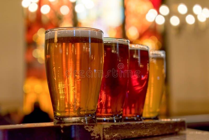 Volo di birra sulla pagaia di legno afflitta immagine stock libera da diritti