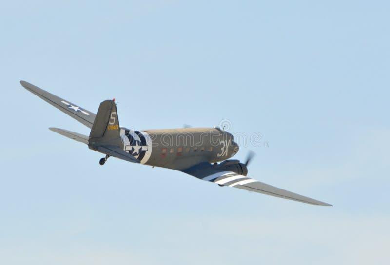 Volo di Douglas C-53D Skytrooper il chiaro giorno fotografie stock