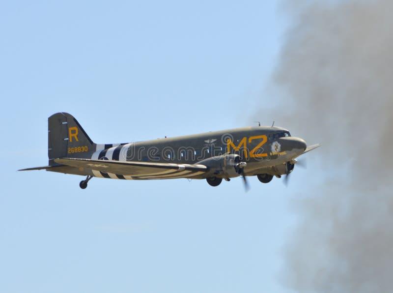 Volo di Douglas C-53D Skytrooper il chiaro giorno fotografia stock libera da diritti