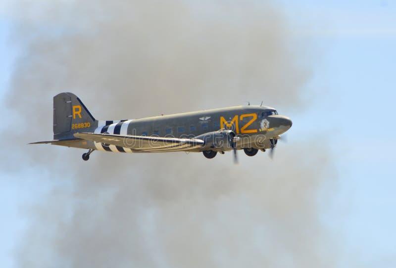 Volo di Douglas C-53D Skytrooper il chiaro giorno fotografie stock libere da diritti