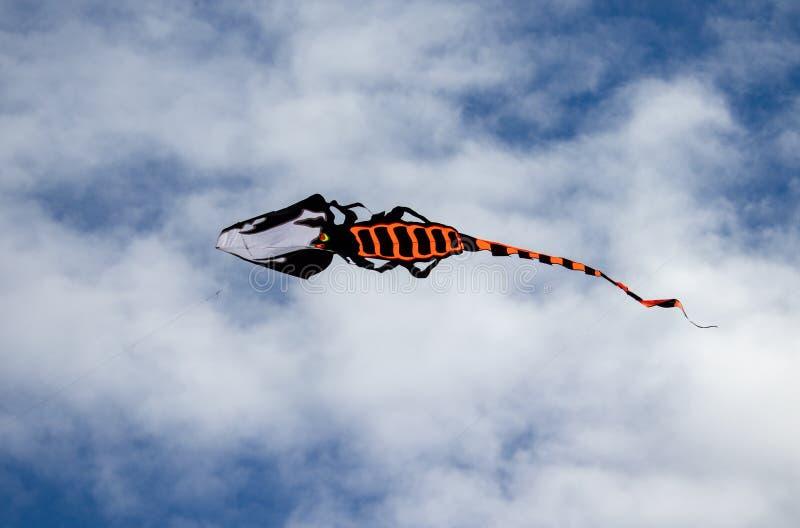 Volo di Dragon Kite in cielo blu con nuvoloso nell'Andora, Italia fotografie stock libere da diritti