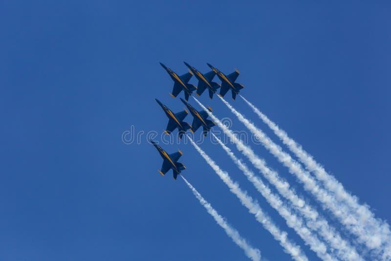 Volo di formazione di angeli blu al Sun-n-divertimento immagini stock libere da diritti