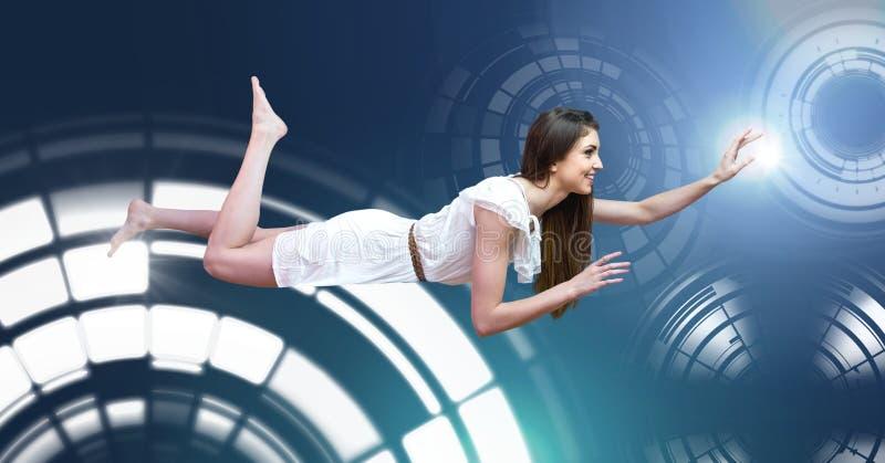 Volo di galleggiamento della donna con l'interfaccia d'ardore di tecnologia del cerchio fotografia stock libera da diritti