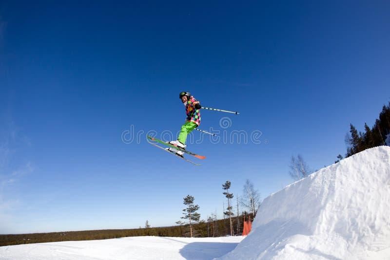 Volo di giovane sciatore fotografia stock libera da diritti