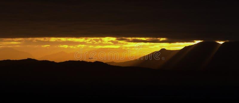 Volo di mattina sopra le montagne immagini stock libere da diritti