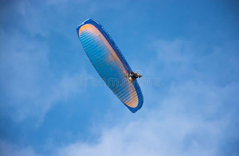 Volo di Paramotor immagini stock