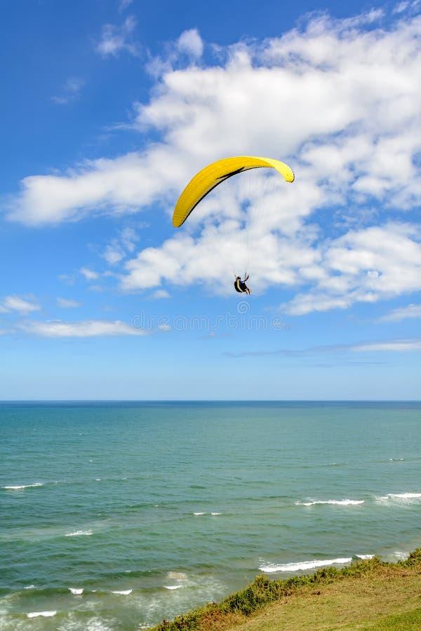 Volo di parapendio sopra il mare immagini stock libere da diritti