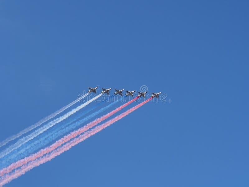 Volo di un gruppo di SU-25 durante la parata dedicata nel da fotografie stock