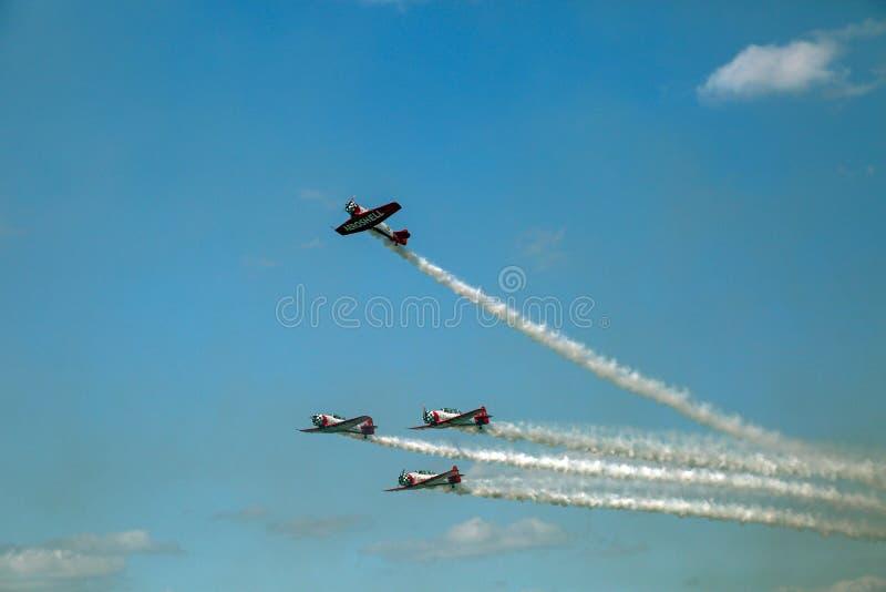 Volo ed acrobazie aeree di formazione a divertimento 2018 di Sun n fotografie stock libere da diritti