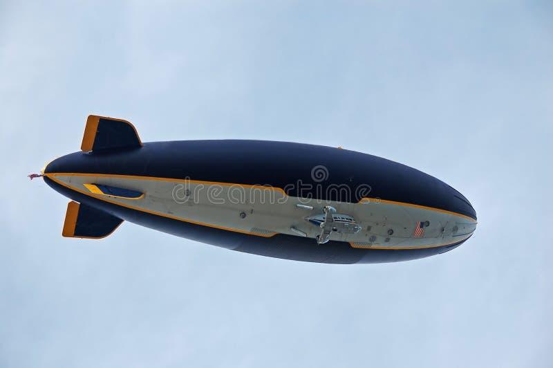 Volo gigante del piccolo dirigibile ambientale fotografia stock libera da diritti