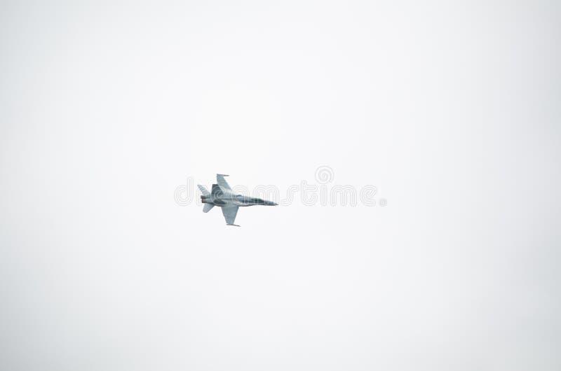 Volo militare del getto d'aria isolato su fondo bianco fotografia stock