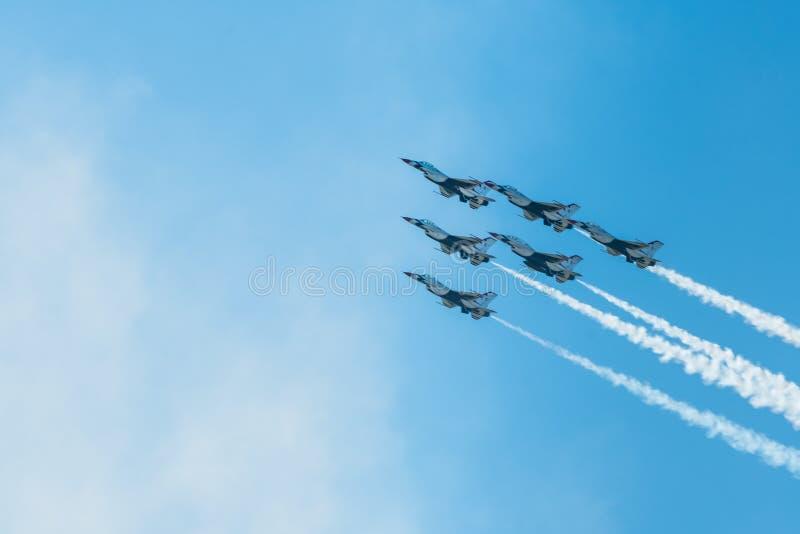 Volo multiplo dei getti dell'aeronautica di Stati Uniti nella formazione per Airshow fotografie stock libere da diritti