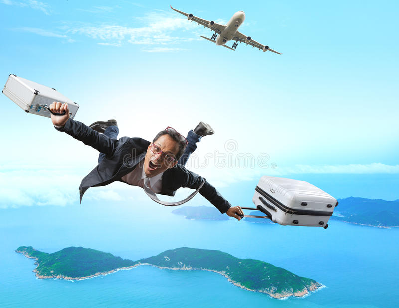 Volo pazzo dell'uomo di affari dall'aereo passeggeri con la cartella fotografia stock