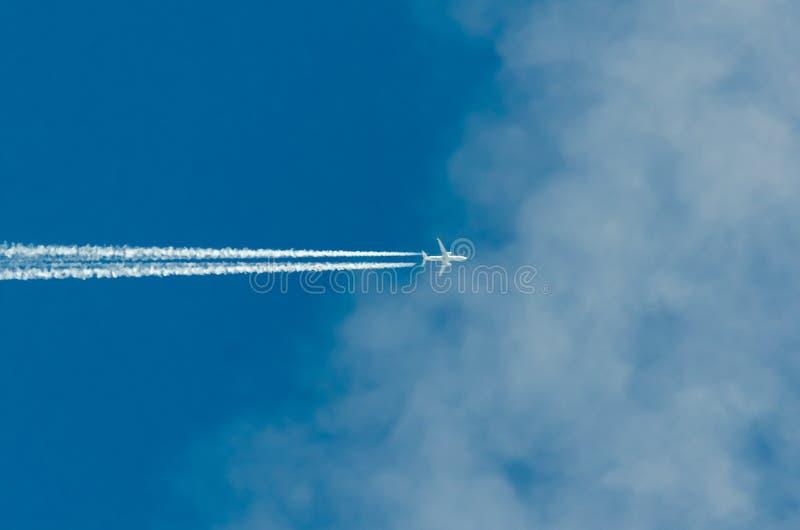 Volo piano nelle nuvole fotografie stock