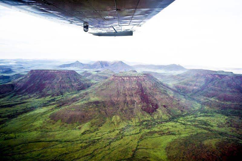 Volo sopra le montagne della tabella del Namibia fotografia stock libera da diritti