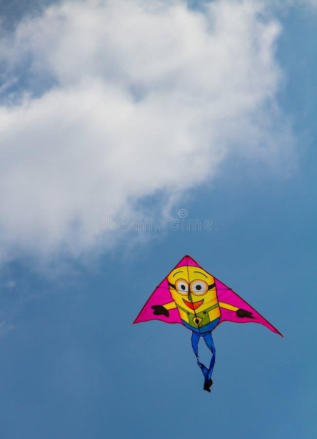 Volo variopinto dell'aquilone contro il cielo blu con una certa nuvola fotografie stock libere da diritti
