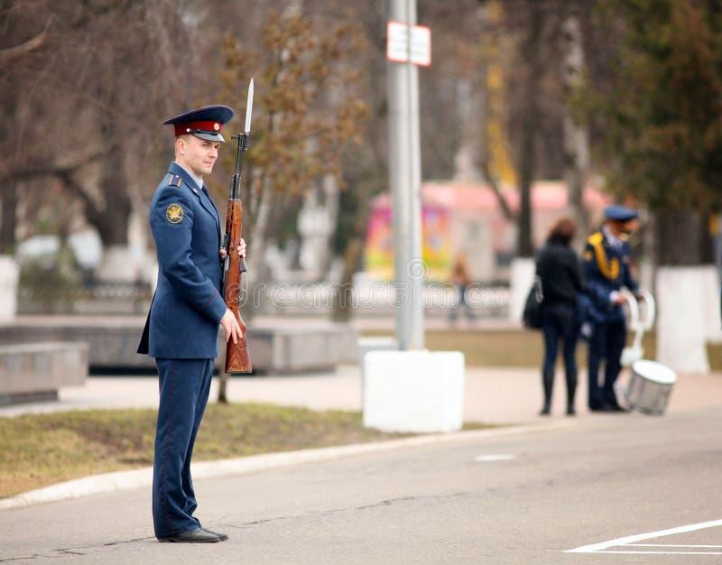 VOLOGDA/ΡΩΣΙΑ - 25 Απριλίου: Πρόβα φορεμάτων της στρατιωτικής παρέλασης της νίκης στοκ εικόνα με δικαίωμα ελεύθερης χρήσης