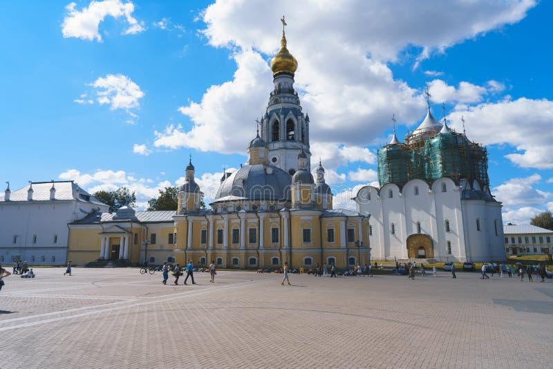 VOLOGDA, РОССИЯ 2-ОЕ ИЮЛЯ 2017: Взгляд Vologda Кремля от квадрата Кремля стоковые фото