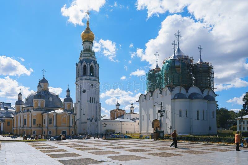 VOLOGDA, РОССИЯ 2-ОЕ ИЮЛЯ 2017: Взгляд Vologda Кремля от квадрата Кремля стоковая фотография rf