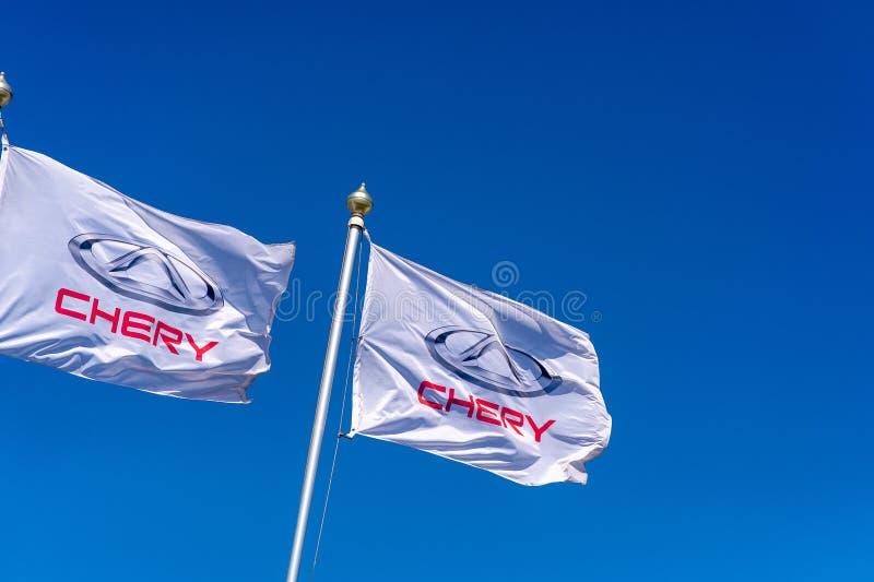 Vologda, RÚSSIA - 29 DE MAIO DE 2018: Bandeira oficial do negócio de Chery contra o fundo do céu azul Automóvel de Chery foto de stock