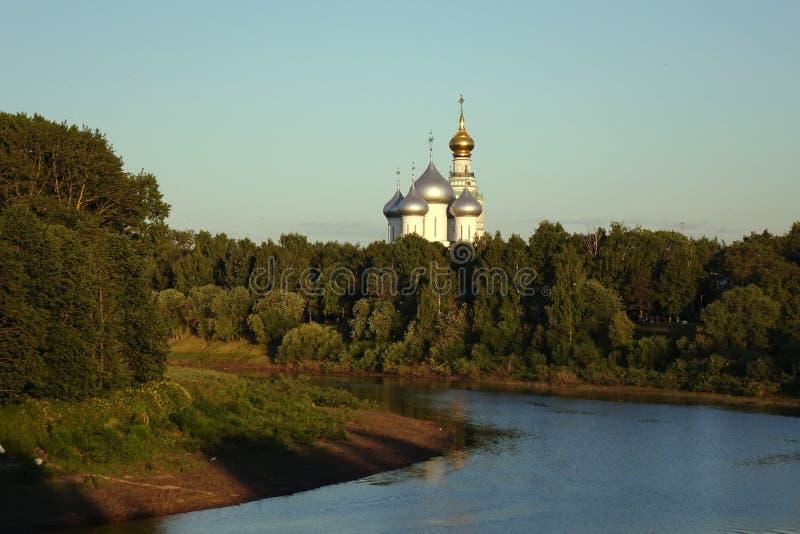 Vologda Rusia En junio de 2018: St Sophia Cathedral en el Vologda el Kremlin Vista del r?o y de la iglesia ortodoxa imagenes de archivo