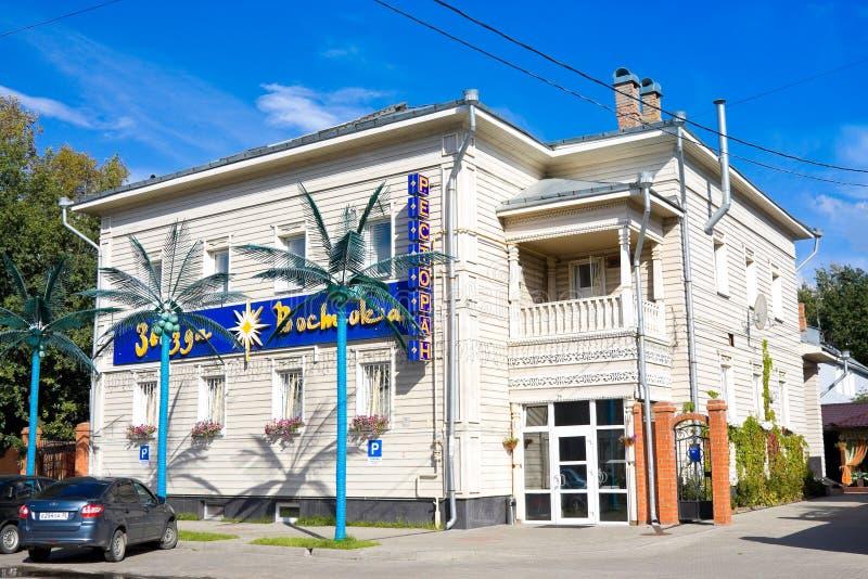 VOLOGDA, RUSSIA - 15 AGOSTO 2016: Ristorante moderno in vecchia casa russa di legno Nord russo in Vologda, Russia immagini stock libere da diritti