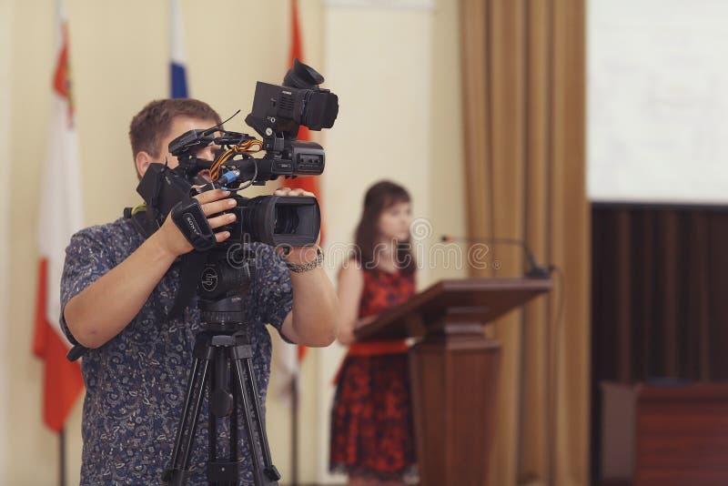 """Vologda RYSSLAND †""""JUNI 6: Lönande unga professionell i administrationen av Vologda JUNI 6, 2014 royaltyfri bild"""