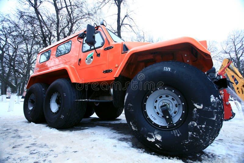 Vologda RYSSLAND - DEC 5: Utställning av den ryska skogen December 5, 2013 för tung utrustning i Vologda royaltyfri foto