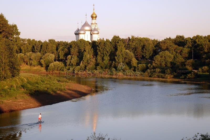 Vologda Ryssland Juni 2018: St Sophia Cathedral i den Vologda Kreml Sikt av floden och den ortodoxa kyrkan arkivfoto