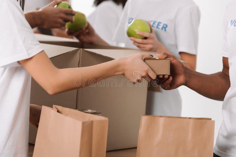 Volontärer som packar mat för välgörenhet arkivbild
