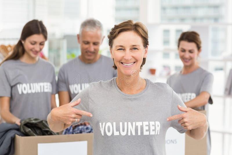 Volontaire de sourire de femelle se dirigeant sur la chemise photographie stock
