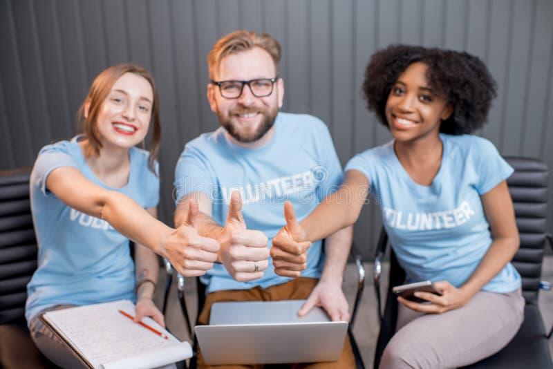 Volontaires heureux à l'intérieur photos libres de droits