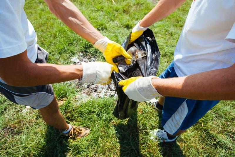 Volontaires nettoyant des déchets image stock