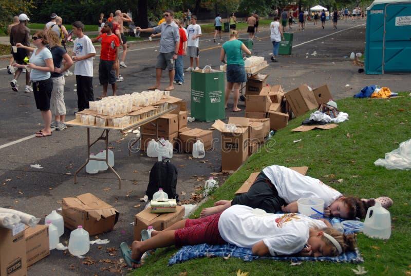 Volontari faticosi di maratona fotografia stock libera da diritti