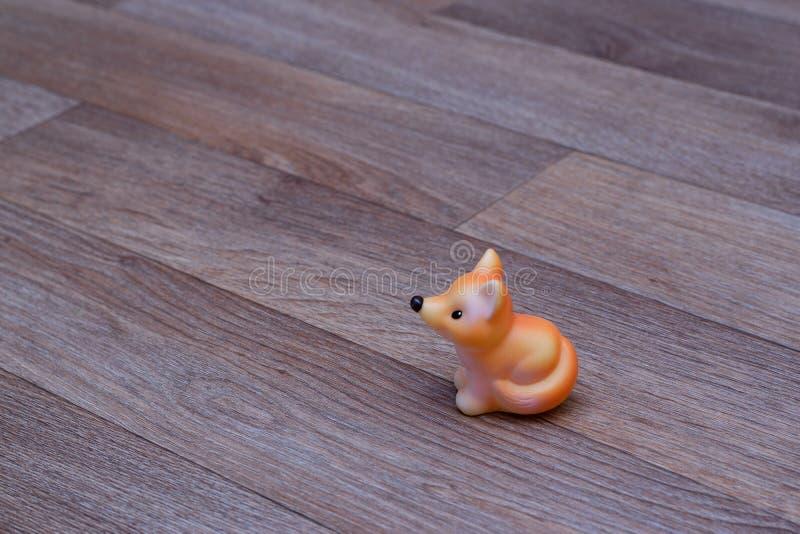 Volpe di gomma rossa del giocattolo su linoleum immagini stock libere da diritti