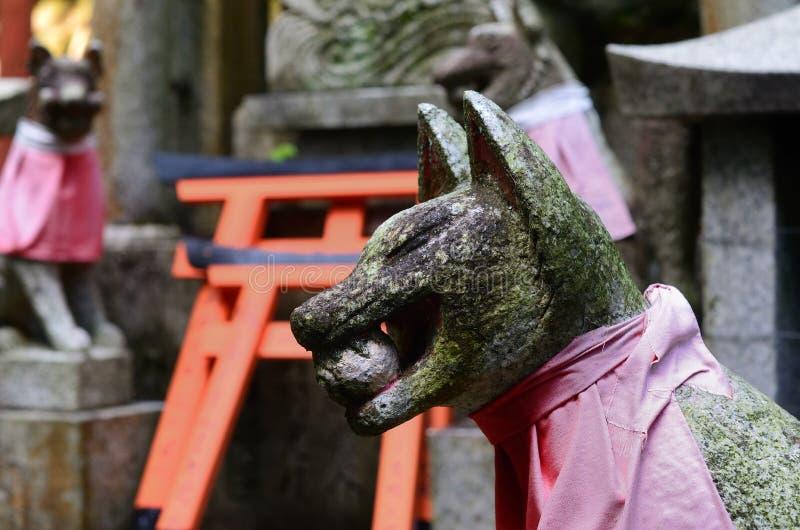 Volpe di pietra al santuario di Fushimi Inari, Kyoto Giappone fotografia stock