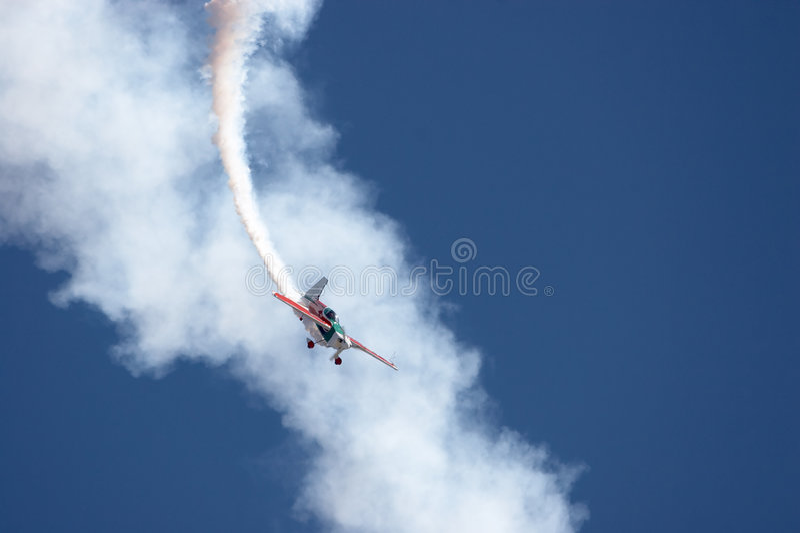 Vols acrobatiques aériens images libres de droits