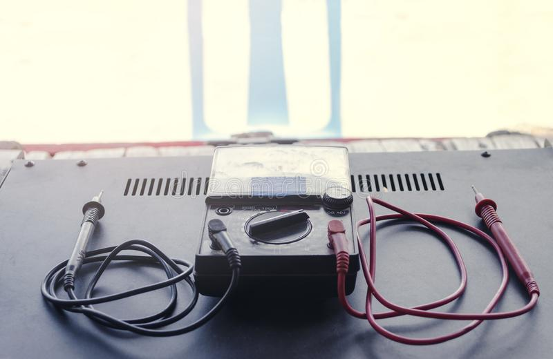 Voltímetro velho para a tensão de teste em dispositivos elétricos imagem de stock royalty free