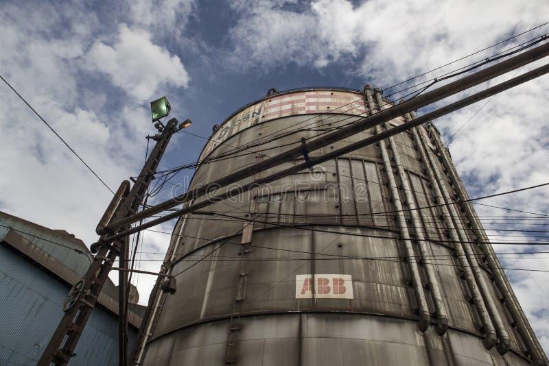 Volta Redonda, Rio de Janeiro, Brazilië - 16 februari 2016: Brandstoftank bij CSN Braziliaanse National Steel Company stock foto