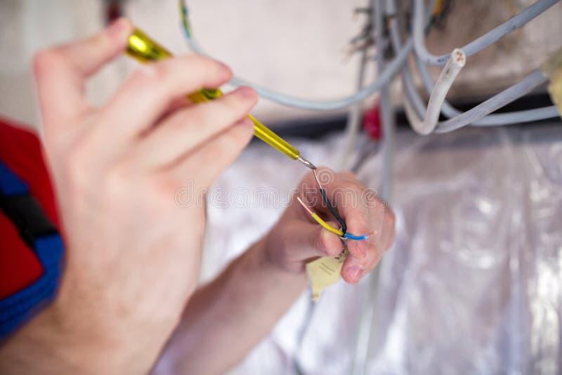 Voltage die met geïsoleerde schroevedraaier controleren stock foto