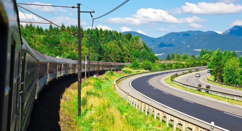 Voltas do trem à direita imagens de stock