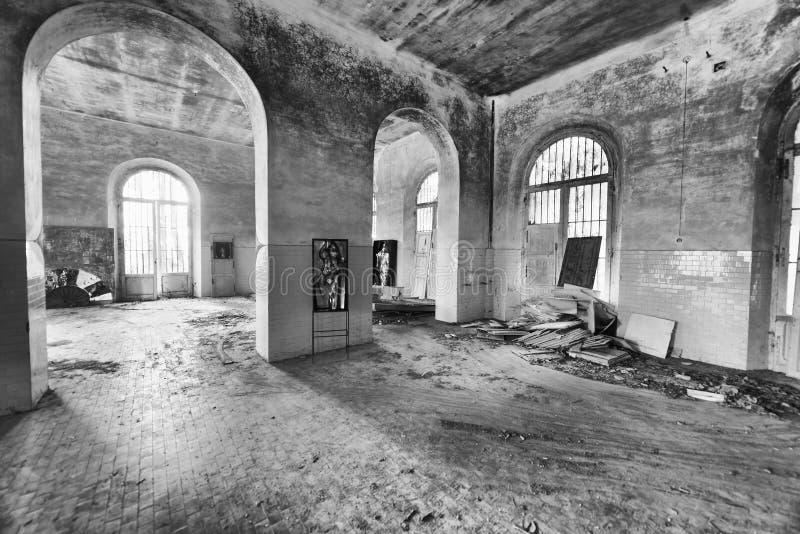 VOLTERRA, ITALIA - 24 DE FEBRERO DE 2018: Interior del asylu abandonado imagenes de archivo