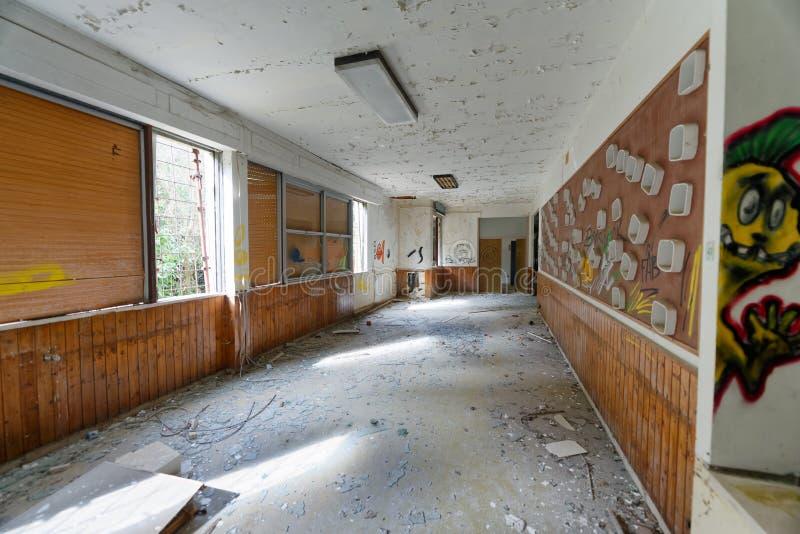 VOLTERRA, ITALIA - 24 DE FEBRERO DE 2018: Interior del asylu abandonado foto de archivo