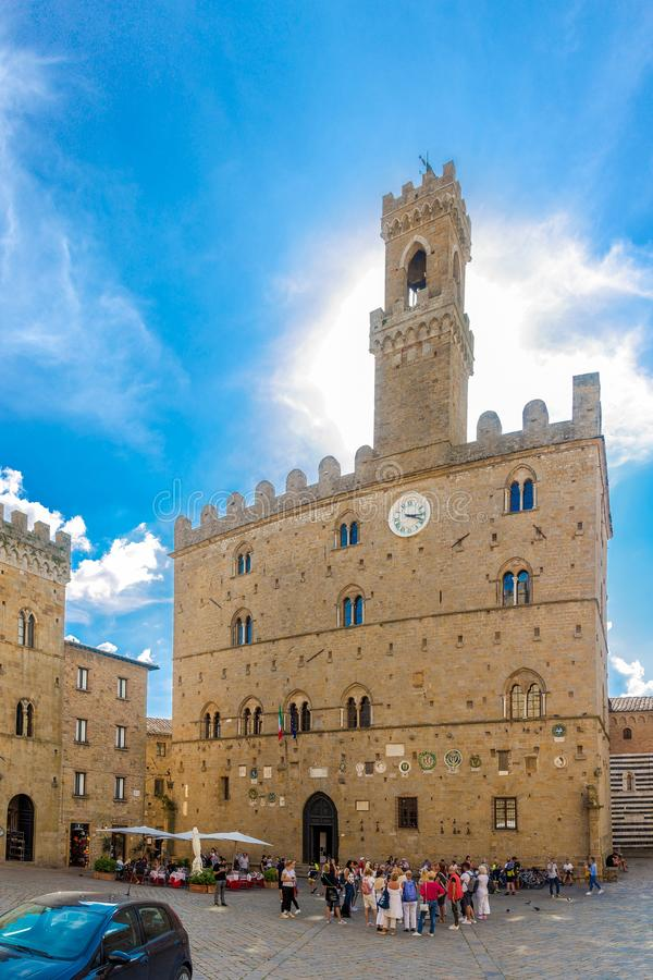 VOLTERRA, ITALIA - SETTEMBRE 20,2018 - vista alla costruzione del comune al posto di Priori in Volterra Storia delle date di Volt fotografia stock libera da diritti