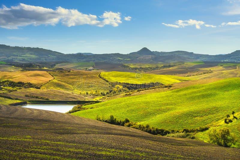 Volterra panorama, valsverk, gröna fält och små sjöar Toskana, Italien fotografering för bildbyråer