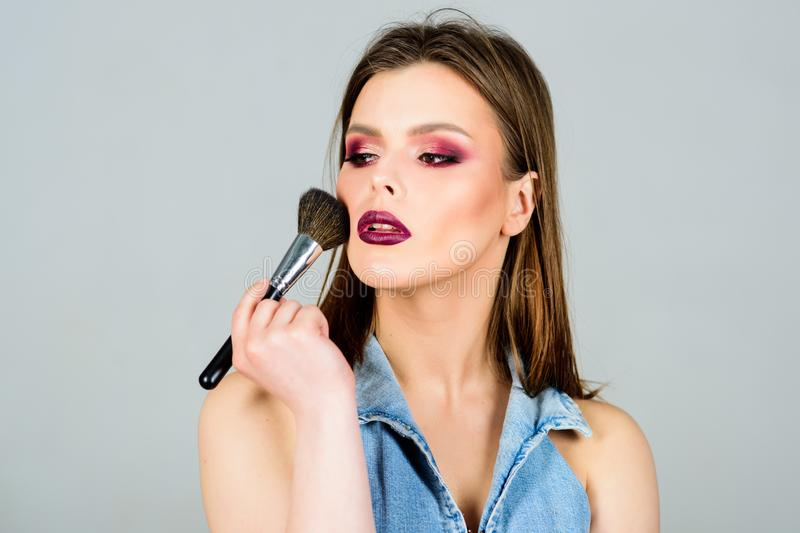volto di trucco di modo sexuality Cosmetici di Skincare La donna sexy con il professionista compone la spazzola Donna sensuale co immagine stock