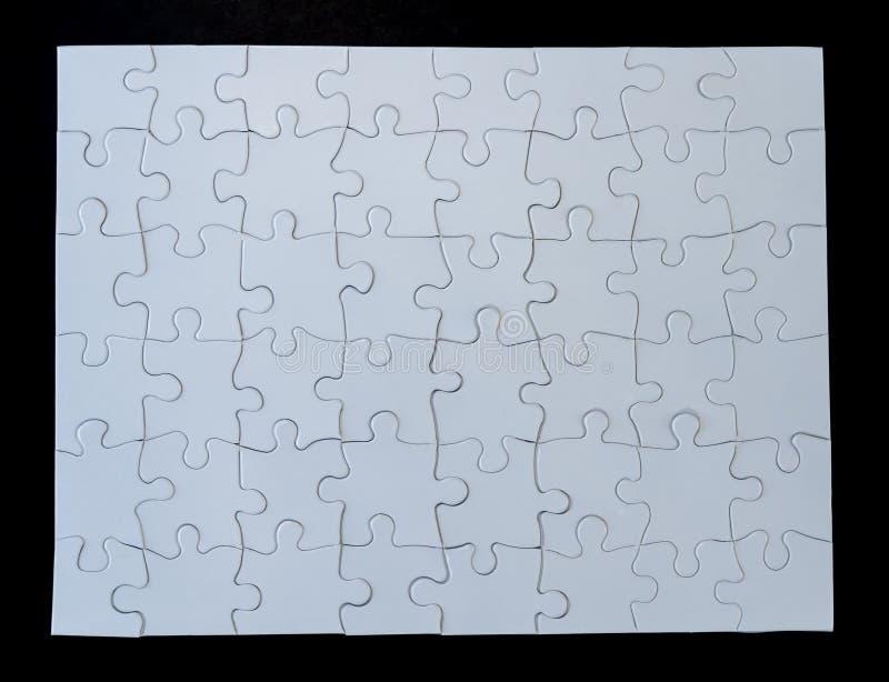 Voltooide Witte Puzzel op Zwarte Achtergrond stock fotografie