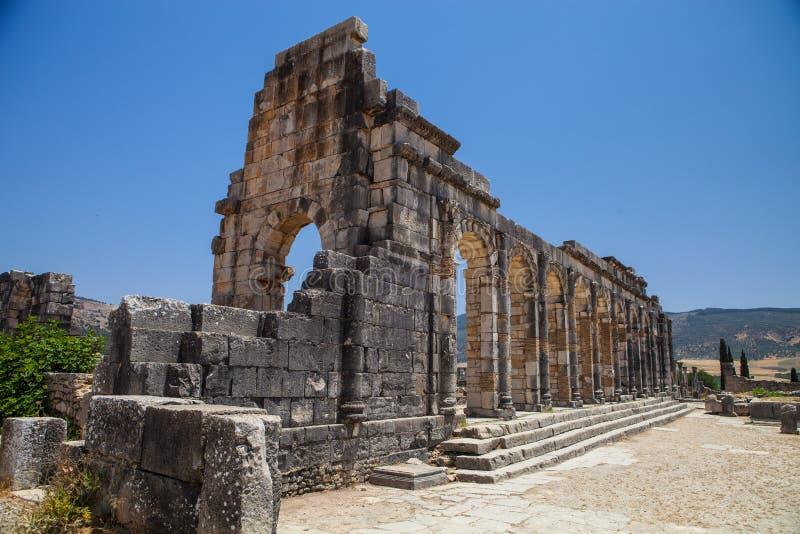 Volubilis är en romersk stad i Marocko nära Meknes royaltyfri bild