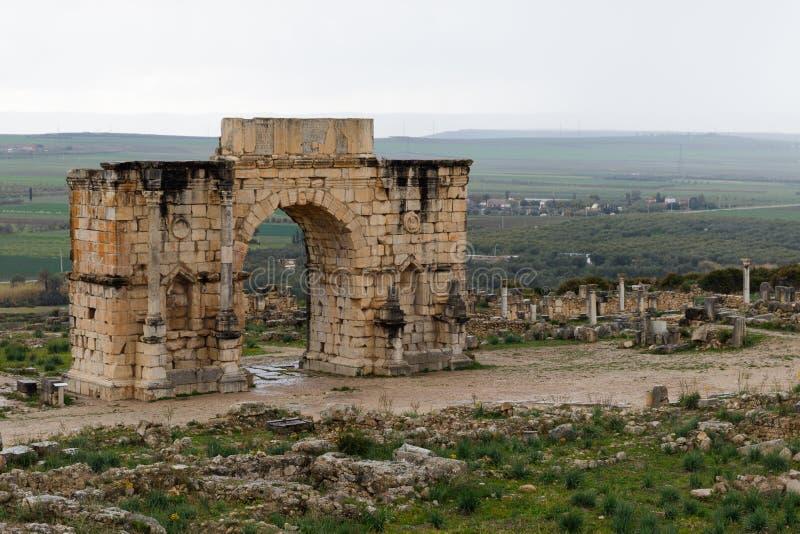 Volubilis nära Meknes i Marocko Volubilis är en delvis grävde Amazigh, därefter den romerska staden i Marocko placerade nära fotografering för bildbyråer